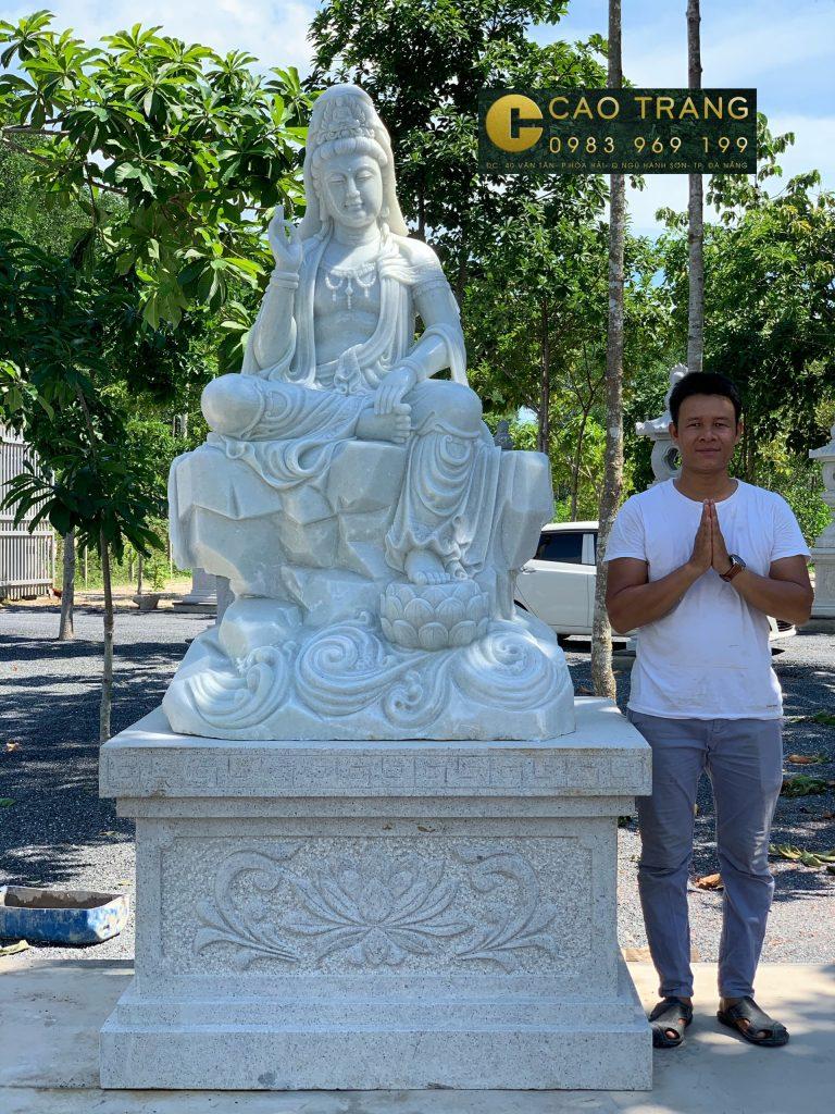 Tượng Quán tự tại bằng đá